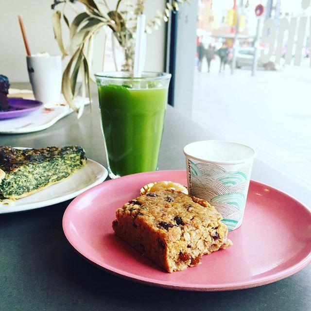 SAMEDI GOÛTERUne pause chez @buenas_migas avant de reprendre la promenade La semaine prochaine, un article compilant les bonnes adresses testées ici pour manger bon et pas cher à #Barcelone #yummy #cake #flapjack #lounge #juice #food #foodlover #barcelona #españa #holidays #break #wanderlust #spain #blogger #travel #bcngourmet #foodyingbcn