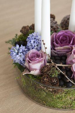 Vakker adventsdekorasjon med friske blomster.