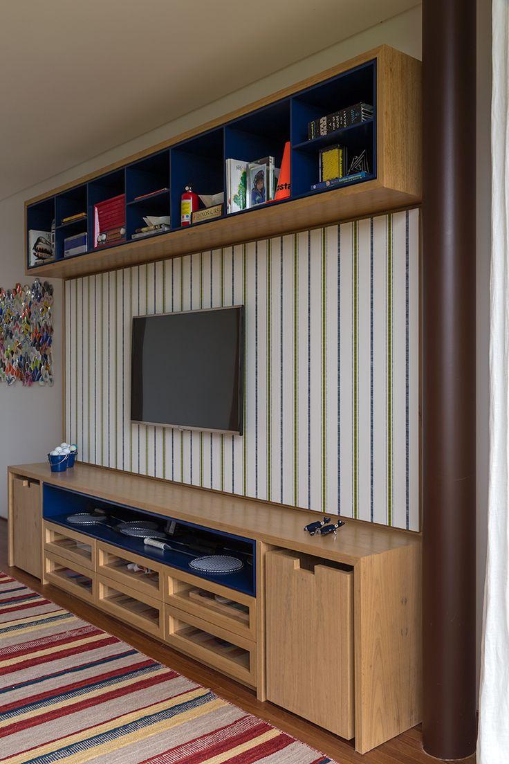 A marcenaria de um projeto de decoração, antes de ser bonito ou moderno, precisa ser funcional.   Quando se trata do  quarto de um adolescente,nem se fala.... O design é do escritório da Marina Linhares, e a proposta de papel de parede e tapete vieram a somar no resultado.