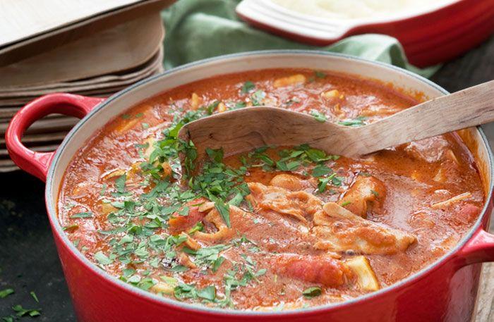 Recept på en fantastisk kycklinggryta med vitt vin, chorizo, selleri och bönor. Grytan kan förberedas dagen före. Vänta med att lägga i korv, bönor och selleri till strax före servering.