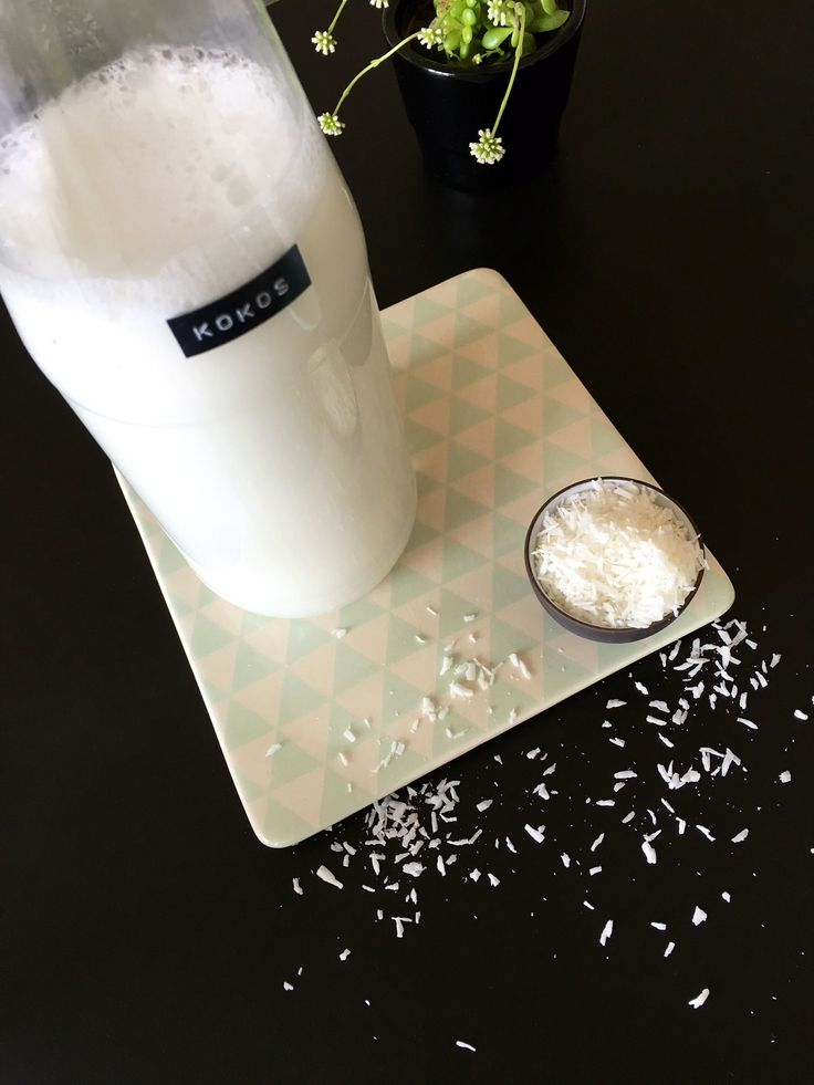 Lav din egen kokosmælk. Det er både nemt og billigt. Se hvordan her:
