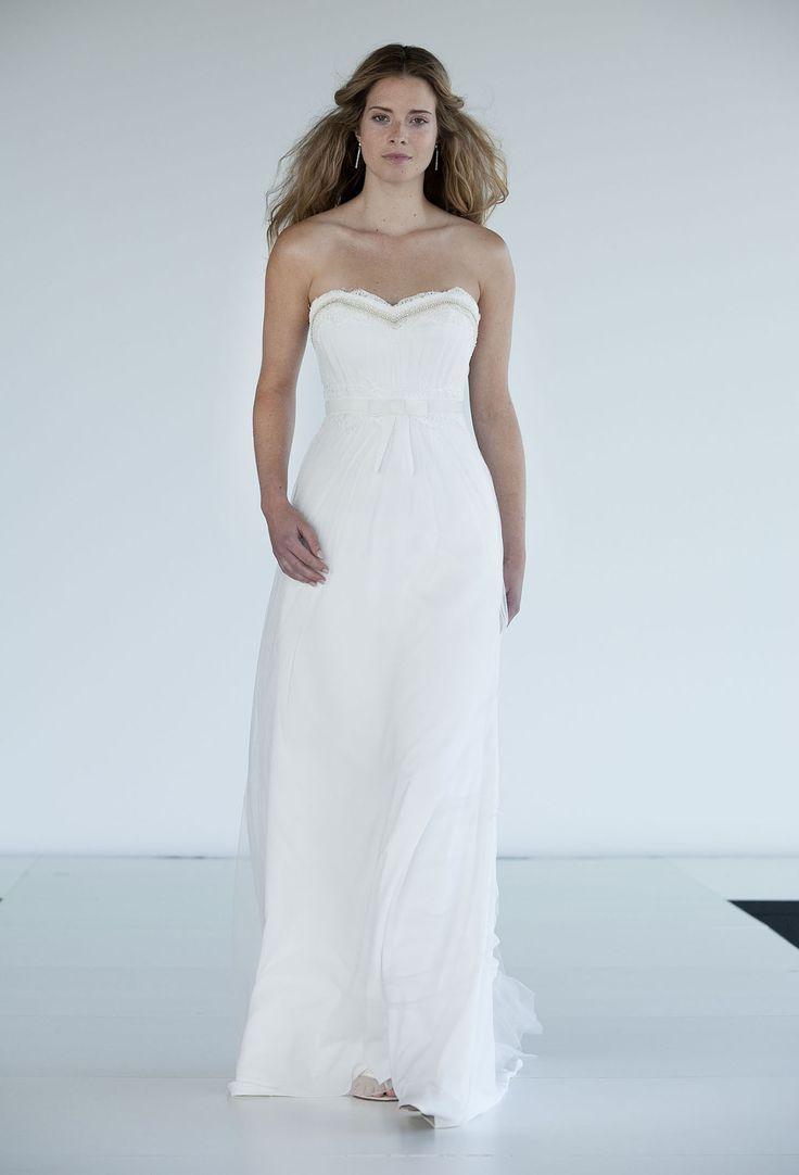 Deze trouwjurk van Rembo Styling, Eros/1, is een prachtige strapless jurk. Doorhaar sweetheart heeft de trouwjurk ook een romantische touch.