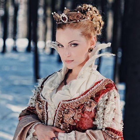 #fantasy #fairytale #portrait #embroideryart #embroidery #embellishment #art #artwork #handembroidered #handcrafted #королева #вышивка #платье #ведьма #средневековье #сказка #ручнаяработа #мастеркрафт #портрет #вышивкабисером Наташа @dara_from_arkona в образе ведьмы из сказок братьев Гримм 👑 #прическа и #макияж Маша Веливас @mvelivas_muah. Верхнее платье из именного бархата, вышивка Dmc gold, #жемчуг, #бисер, чешские #бусины.