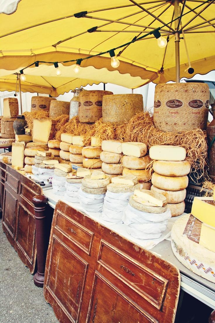 Un stand de fromages (qui donne très faim) en France ! La gastronomie Française est très riche et saura séduire vos papilles. #France #gastronomie