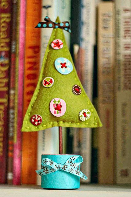 Felt Christmas Tree. This is an adorable little project you can do with your kids! Could just as easily be done in a star pattern for Hanukkah! Felt sewing is very easy for little kids, and it's a great way to introduce them to crafting! #felt #Christmas #tree #Christmas_tree #craft #DIY #kids...for next year's Xmas party table decor?