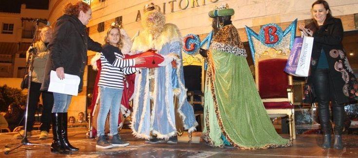 SALOBREÑA. La comitiva real de la Cabalgata en Salobreña, formada por ocho carrozas, llegaba anoche a la plaza del Ayuntamiento donde sus majestades, los Reyes Magos,