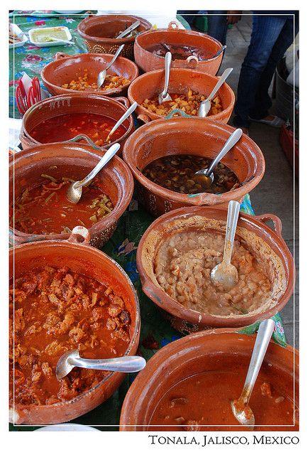 De que quiere su gordita .... Cazuelas de guisados, Mexico.... frijoles fritos, chicharron en salsa roja, mole-----aahhhh