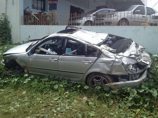 Em PE, carro capota na BR-232 e deixa um morto e 3 feridos graves Acidente ocorreu às 7h30 deste sábado, no sentido Recife-Gravatá. Motorista trafegava em alta velocidade, segundo Polícia Rodoviária Federal. Uma pessoa morreu e três ficaram gravemente feridas em um acidente envolvendo um veículo na BR-232, em Vitória de Santo Antão, na Zona da Mata de Pernambuco. Segundo a Polícia Rodoviária Federal (PRF), o carro..  27/04/2013 09h14 - Atualizado em 27/04/2013 11h10 (Leia [+] clicando na…