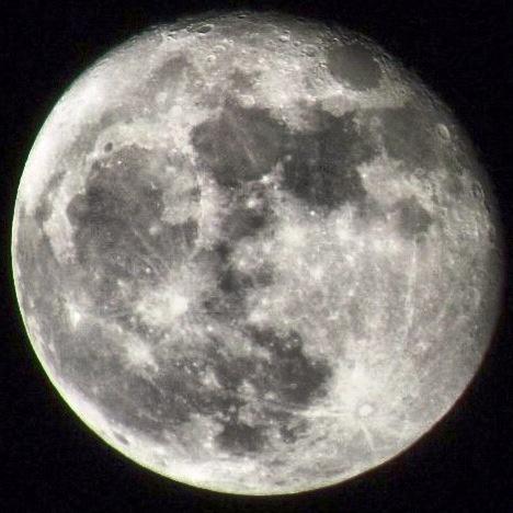Luna en blanco y negro con filtros de instagram.