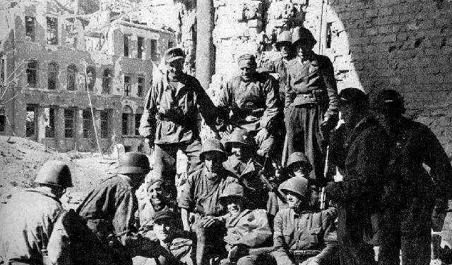"""They pose for souvenir photos with the soldiers, Maj branch. """"Rog"""", who after the fall of the Old Town, and later strengthened the defense of the Vistula region Warecka - en. Napoleon. Branch distinguished from other groups of downtown zdobycznymi """"panterkami"""" , in which almost all were clad insurgents from Wola and Old Town."""