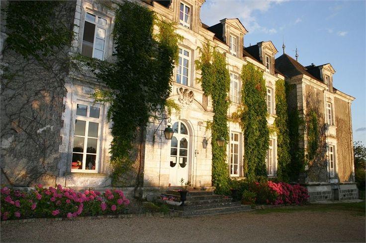 Situé à 1h30 de Paris, venez à la découverte de ce château à vendre chez Capifrance.    Proche du Mans, composé de 550 m² habitables, 17 pièces dont 13 chambres.    Plus d'infos > Anne Siratat, conseillère immobilier Capifrance