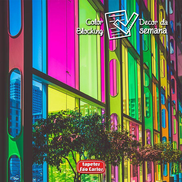 O Color Block usa cores vibrantes e bem fortes, e tem como objetivo deixar o ambiente mais divertido e descontraído. Para não errar nas combinações, basta usar o círculo cromático, aliando cores complementares, como laranja e azul, vermelho e verde, amarelo e roxo. Ou cores primárias com secundárias, como vermelho e rosa, azul e roxo. E para equilibrar todo esse choque de vida de cores, opte por um tapete neutro e pronto!