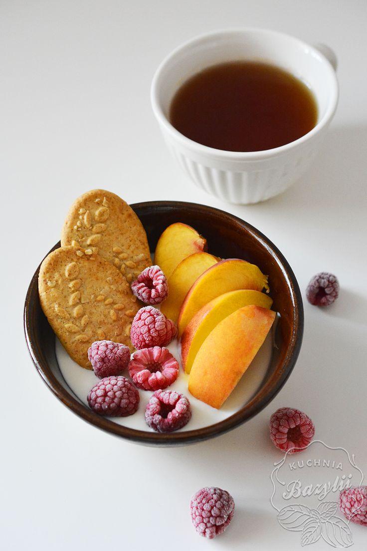 Pełnowartościowe śniadanie to połączenie produktów zbożowych (węglowodany i błonnik), produktów mlecznych (wapń, białko) i owoców (witaminy, minerały).