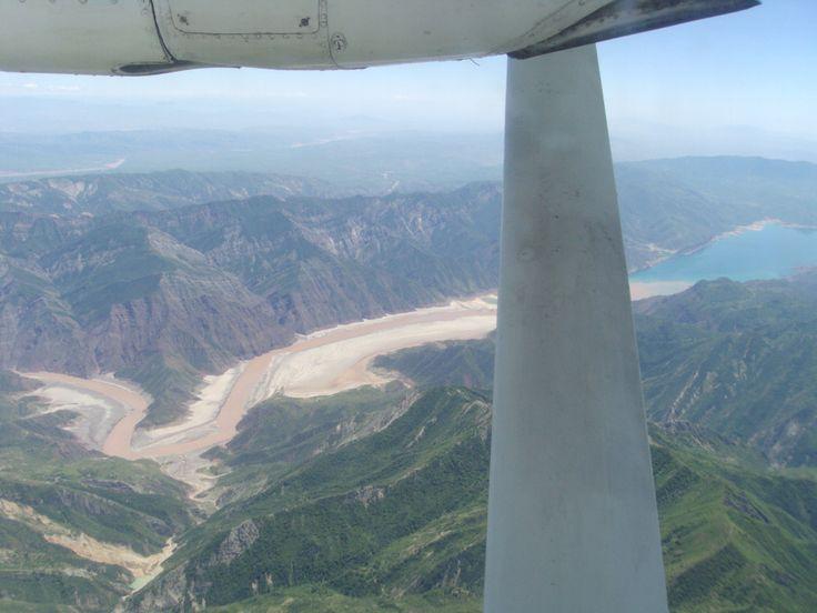грязная вода Вахша впадает в Нурекское море (водохранилище)