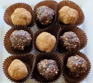 These brownie bites are only 124 calories!! They're super tasty and easy to make! They're no bake, so you don't even need to turn on the oven #nobake #healthy #desserts #snacks #skinnyms