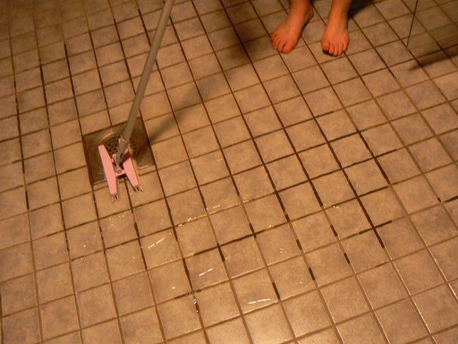Pääsin Hopottajana testaamaan Sinin uutta kylpyhuoneen Tupla jynssäriä. Se vaati ensin hieman totuttelua. Isona plussana teleskooppivarsi! Puhdasta jälkeä kuitenkin tuli! #sinijynssäri #sinituotehopo #roosanauha2015 http://www.sinituote.fi/roosanauha www.hopottajat.fi