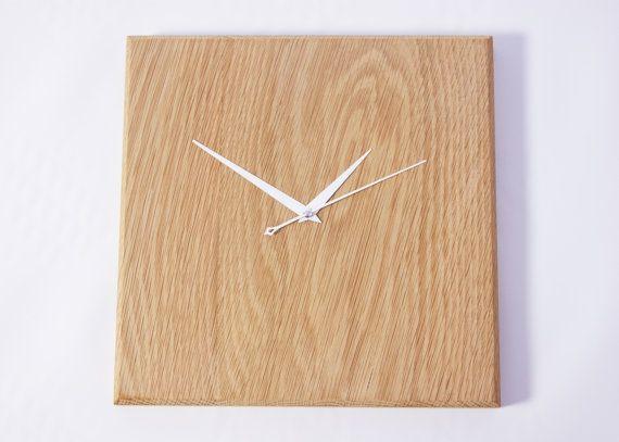 Se trata de un reloj de pared de madera sólida. Hemos creado este reloj a nuestro taller, con gran cuidado y atención a todos esos pequeños detalles. Este reloj es de buena calidad y rusticidad agrega a cualquier espacio. Da una impresión acogedora y natural mientras que al mismo tiempo crear un elegante todavía única mirada. Está hecho con madera maciza y estilo (foto) de su elección. Con este artículo proporcionamos dos tiras libre colgante de pared ya Unidas y listas instalar en la par...