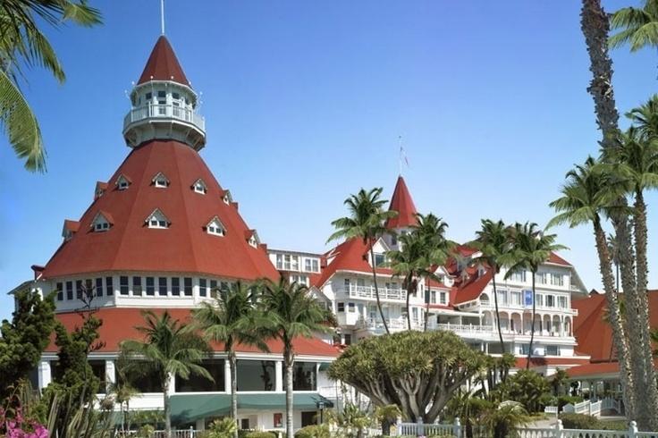 Coronado Hotel - EUA: Em 1982, uma jovem mulher se hospedou nesse paradisíaco hotel em San Diego para encontrar seu marido, que nunca apareceu. Alguns dias depois ela foi encontrada morta nas escadarias do hotel. Funcionários e hóspedes dizem que ela ainda é vista trajando um vestido preto à espera de seu amado.