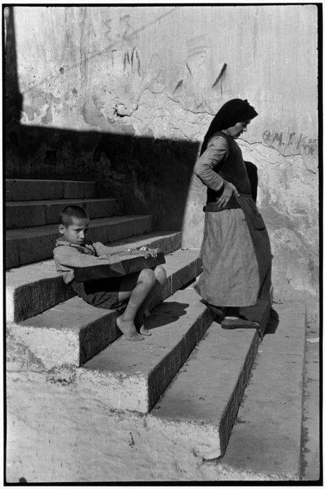 Photo noir et blanc : Henri Cartier-Bresson, Grèce, Le Pirée, 1953, escalier, femme et enfant