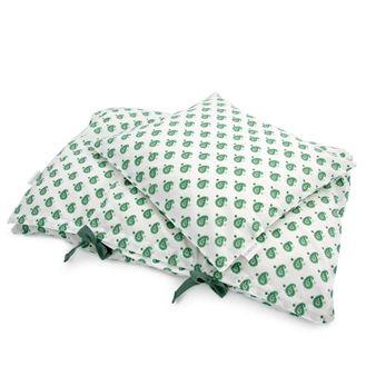 Flot og stilet sengetøj fra danske Amala. Juniorsengetøjet har smukt indisk mønster i grøn på en hvid baggrund. Hurtig dag-til-dag levering.