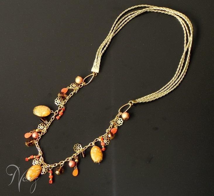 Necklace made with gold leather string, fashion gold chain, orange nacar beads, orange crystal beads and more. Collar hecho con cuero dorado, cadena dorada de fantasía fina, cuentas naranja de nacar, cristales checos y otros.