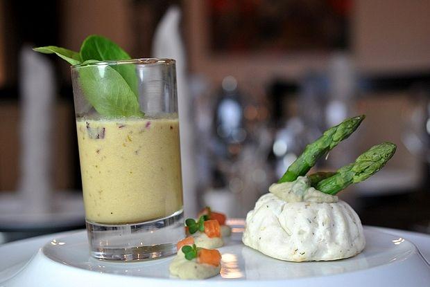 Sphère de cabillaud et son velouté d'asperge Cod sphere and cream of asparagus