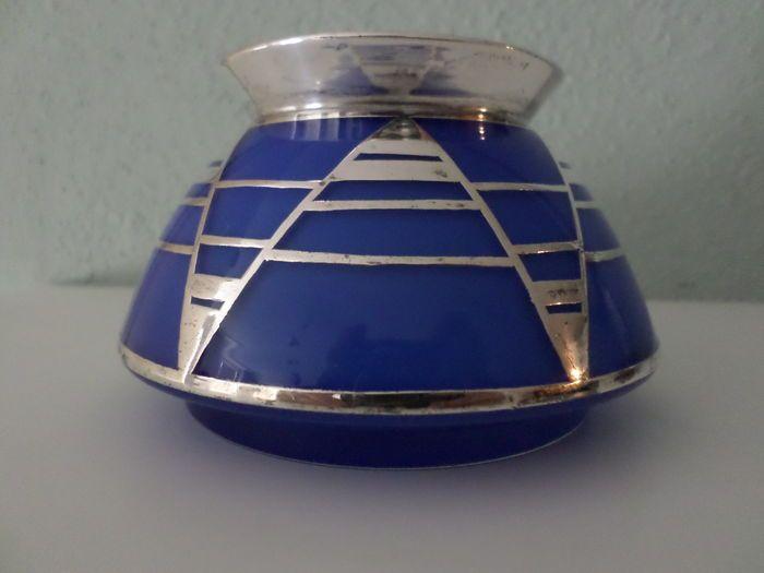 Vase Art déco verre bleu avec argent matériel en bel état, dans le style de Jean Beck. Hauteur 7 cm, 7 cm d'ouverture. Mis à part quelques égratignures mineures dans le fond, ce vase disposant pas de puces ou de fissures. Bien sûr l'expédition emballée et enregistrée en toute sécurité.