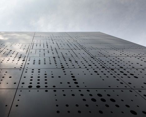 Des panneaux composites percés de centaines de petits trous