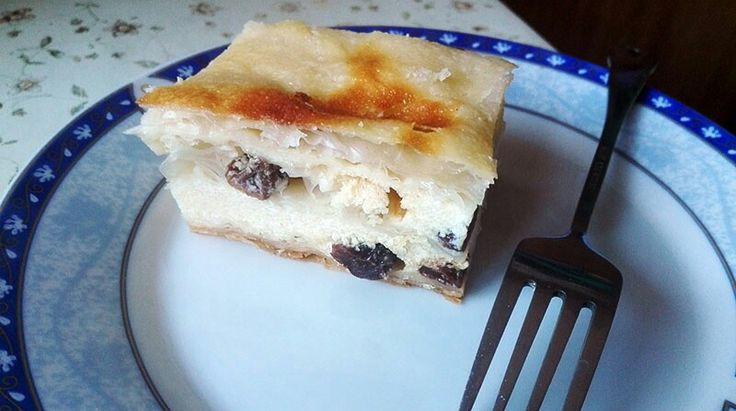 Placinta cu iaurt si stafide  http://www.retetelebunicii.ro/placinta-cu-iaurt-si-stafide/