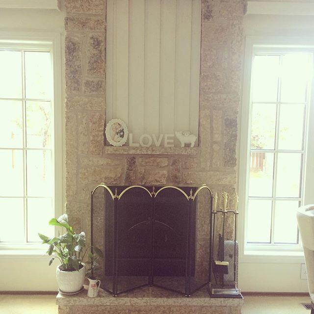DIY Fireplace make over. И тут Остапа понесло... Комода мне было не достаточно и я .... Перекрасила камин в белый цвет, интересно что будет следующим...🙈😉 Всем хороших выходных! #makeover #fireplace #interiordesign #deciration #painting #white #white-fireplace #design #fireplacedecor #designidea #камин #камины #переделка #переделкакамина #белыйкамин #декордлядома #декор #интерьер #DIY #Winnipeg #Canada