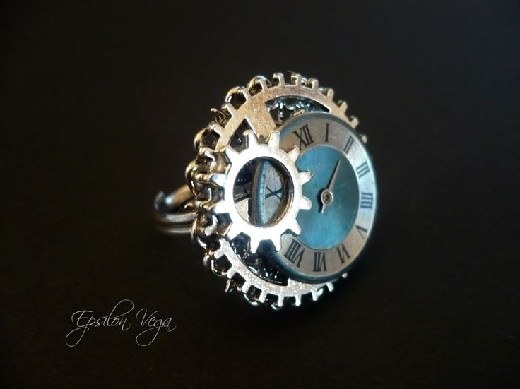 Bijoux bagues steampunk, récyclage, upcycling, récup' de montres anciennes. Bagues réglables à partir de 18€, envoyée dans un bel écrin, idéal pour un cadeau. Engrenages, rouages, mécanique.