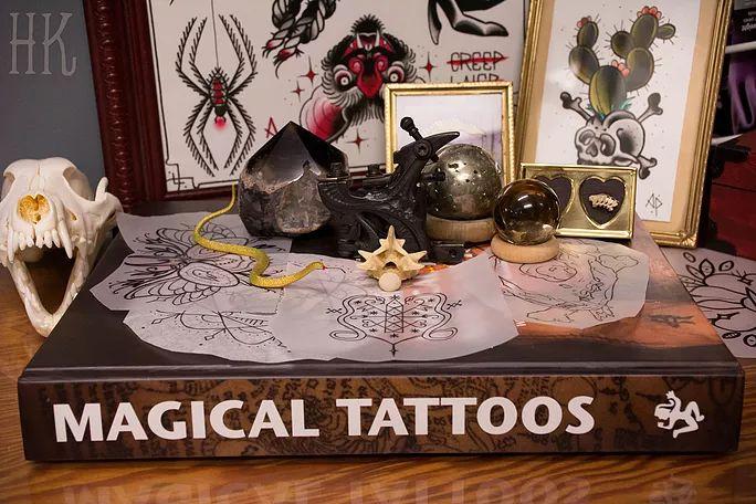 Urban Arcana - Encrage Spirituel - Inspirée par différentes techniques et croyances tribales et traditionnelles, je vous partage ici quelques approches ésotériques possibles afin de faire de votre prochaine séance de tatouage une expérience profonde et magique!