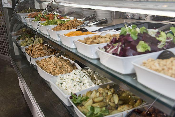 Johto Caféssa voit koota juuri sellaisen salaatin kuin haluat. 8,50 - 9,90€. Johto Café, 5. krs.