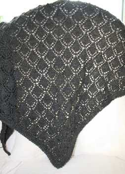 Dragon scales shawl, strikket i Mighty Sock fra Abstract fiber. Farge: Little Black Dress.