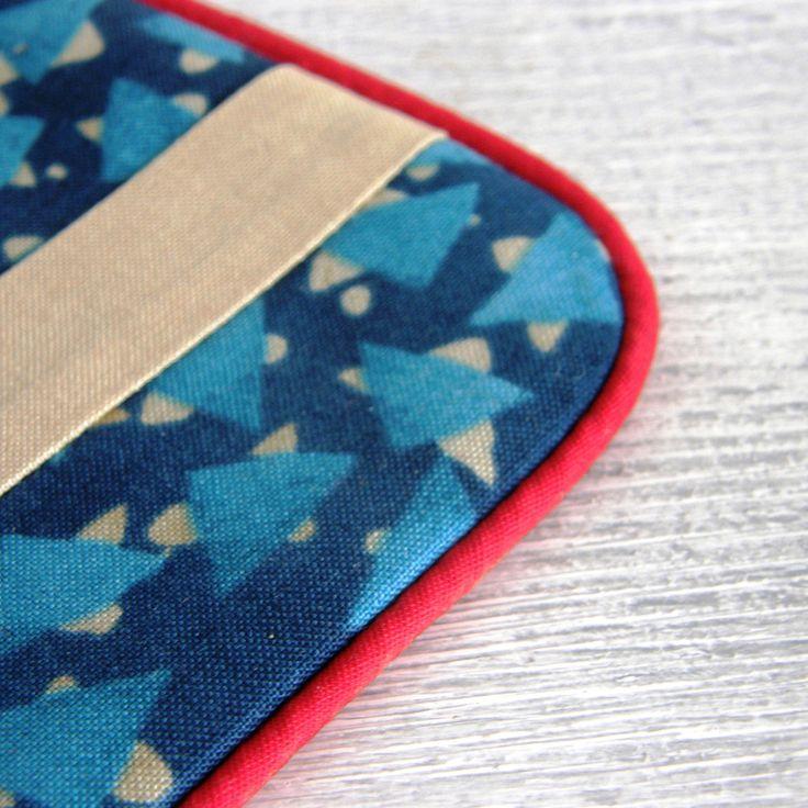 kapsička+-+Malka+Dubrawski+Nepostradatelná+kapsička+do+každé+kabelky+třeba+na+malovátka,+klíče,+telefon,+šperky...+zkrátka+na+co+právě+potřebujete.+Můžete+ji+nosit+v+kabelce,+darovat+jako+dárek...+Kapsička+vyztužená+pro+větší+bezpečnost+věcí+uvnitř+a+příjemnější+omak.+Každá+strana+kapsičky+je+jiná,+ale+látky+jsou+ze+stejné+kolekce.+Zapínání+na+zip.+Na+...