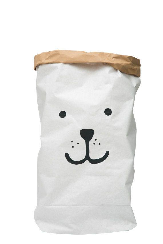 Dragen van papieren zak opslag van speelgoed boeken door Tellkiddo