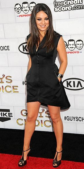Mila Kunis shows off her relaxed but sexy look with this black-pocketed dress!