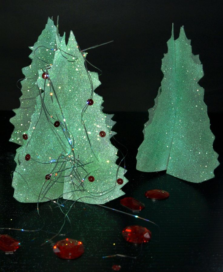 Free standing Christmas trees for the table.Template and instructions http://www.ezyshaid.com