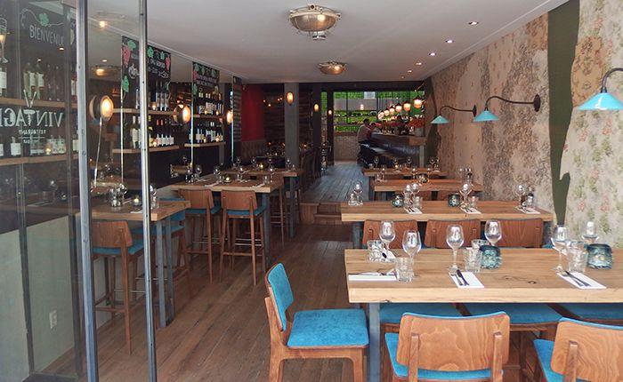 Een restaurant waar uw beleving centraal staat en waar alles mogelijk is. Een driegangen diner, een gezonde salade, een mooi glas wijn met begeleidende tapas of een snelle hap vóór een concert in TivoliVredenburg. Met onze uitgebreide kaart kunt u alle kanten op.