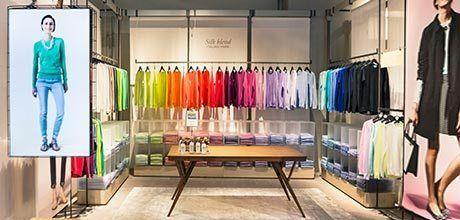 """Benetton fait sa révolution: la """"colour"""" room du nouveau magasin Benetton à Milan (photo : Benetton Group) #visualmerchandising #retail"""