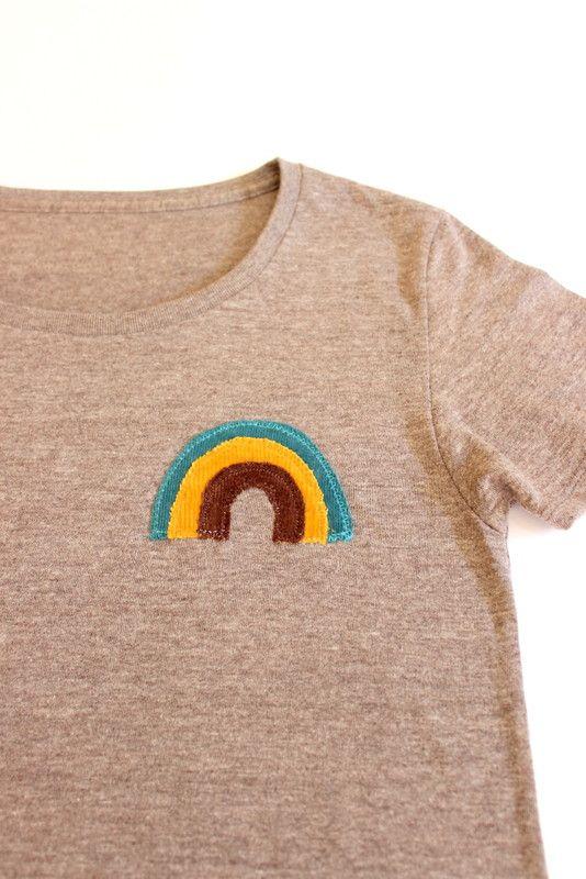 布で作ったオリジナルのパッチを縫い付けた1点物のTシャツです重ね着もできるし、年中使えるアイテム♪レディースもメンズも着れるサイズですヴィンテージ感あふれる風... ハンドメイド、手作り、手仕事品の通販・販売・購入ならCreema。