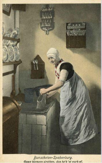 Portret van een meisje in klederdracht, bezig met het schrobben van klompen in de keuken van een huis te Bunschoten. 1914 #Utrecht #Spakenburg