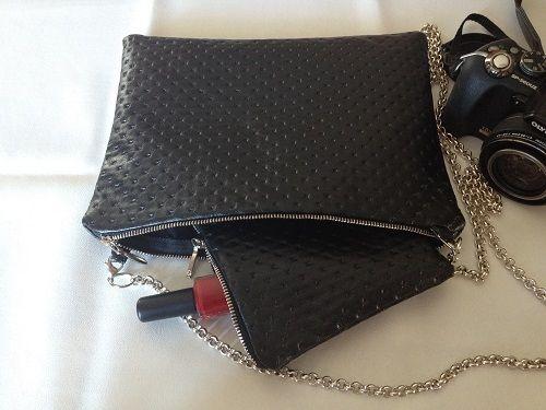 Elegante maxi pochette, realizzata interamente a mano.Con la sua catenella argentata, si trasforma in una comoda borsetta
