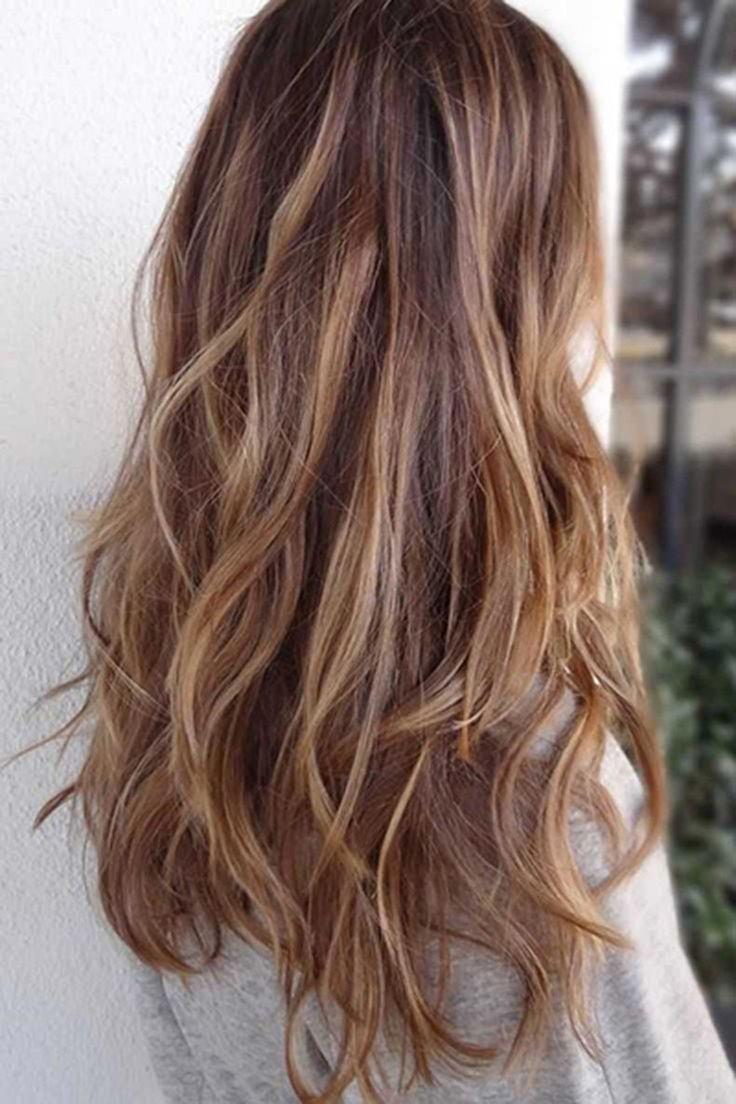 Capas largas sacarán a relucir ondas naturales en cabellos lisos