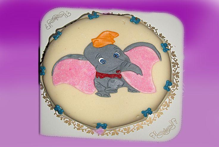 Enda en supersøt 1 eller 2 års bursdag kake. Med vår alles kjære DUMBO fra disney. Kan lages til jente også med rosa sløyfer rundt kaken.  Kan lages både som sjokoladekake og marsipanbløtkake. Ta kontakt for mer info på post@bellakaker.no eller ta en titt på websiden min www.bellakaker.no