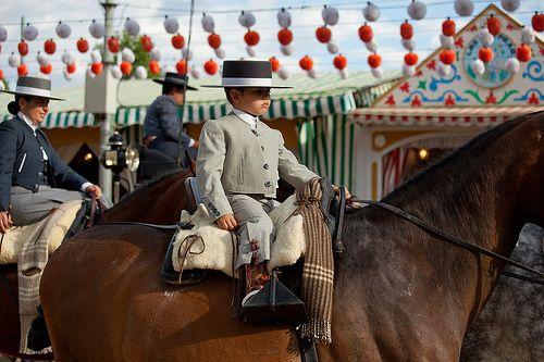 FERIA DE SEVILLA | Qué dominio y soltura manejando el caballo sólo con una mano!!