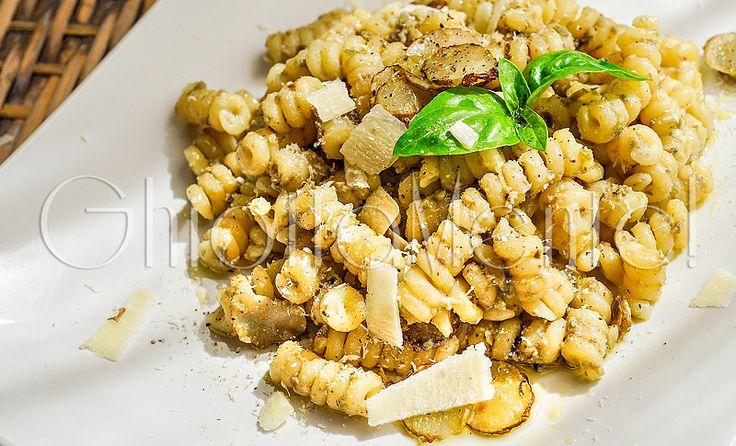fusilli-topinambur: olive verdi denocciolate, aglio, basilico, mandorle, parmigiano, evo