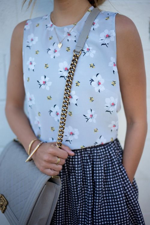 Miz estampas: camiseta floral + saia quadriculada