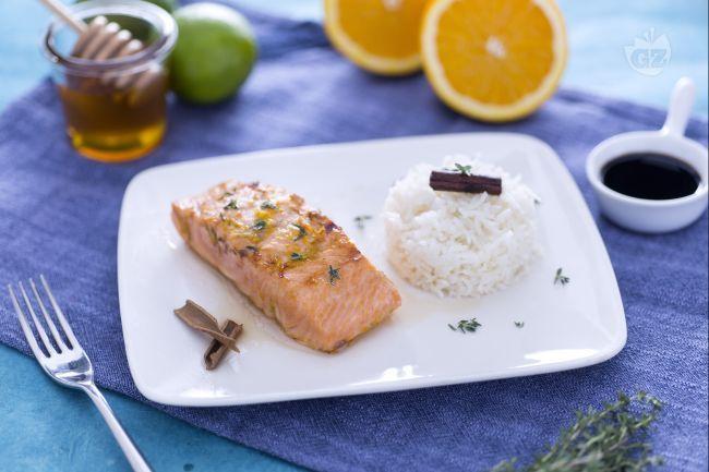 Il salmone glassato al miele, cotto sulla piastra, è un secondo piatto a base di pesce. Il salmone è passato in una marinatura agrumata al miele.