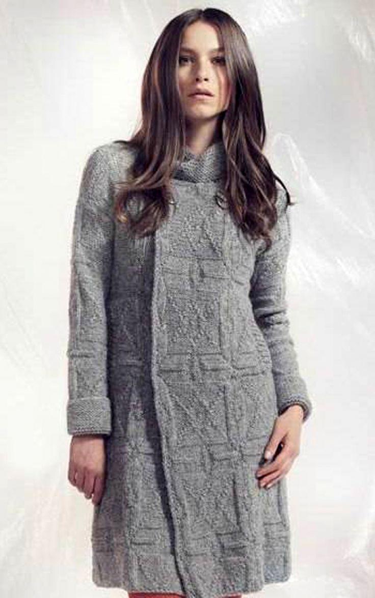 Серое пальто из альпаки, вязаное спицами